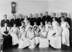 sairaalan henkilökuntaa turun terveydenhuoltomuseon kuvassa