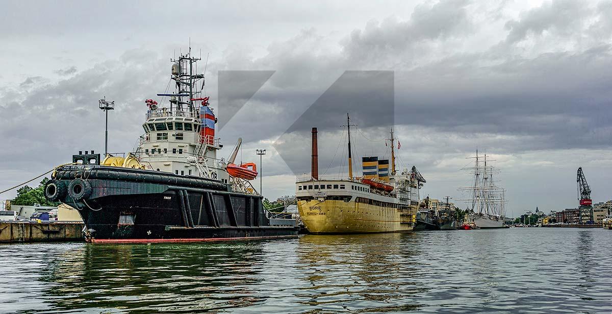 Ilkka Hynysen valkokuva Turun satama-alueelta, kuvassa Bore ja toinen laiva
